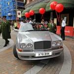 Gemma Arterton arribando al evento en un Bentley. (Foto: image.net)