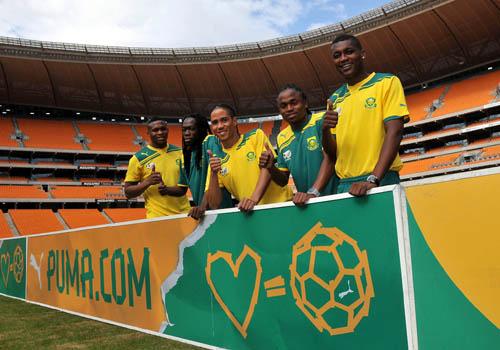 PUMA presentó su sociedad con la Asociación Sudafricana de Fútbol y asistieron figuras de la Selección como Steven Pienaar (centro).