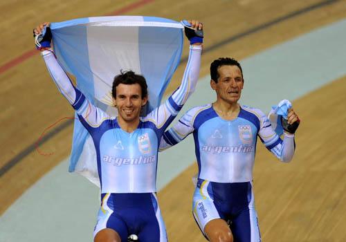 Walter Pérez (izq.) y Juan Curuchet (der.) en los Juegos Olímpicos de Beijing 2008 cuando ganaron medalla de oro en la prueba Madison de ciclismo.