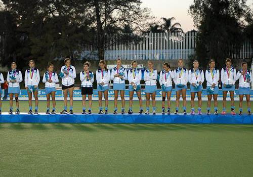 Las Leonas en el podio recibiendo su medalla de plata. (Foto: CAH/PAHF)
