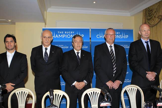 De Izq. a Der.: Agustín Pichot (Representante de la UAR en la SANZAR), Manuel Galindo (Presidente de la Subcomisión de Rugby de Alto Rendimiento), Luis Castillo (Presidente de la UAR), Mike Eagle (Presidente de la SANZAR) y Greg Peters (CEO de la SANZAR).