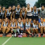 Las Leonas posan junto al trofeo para los fotógrafos. (CAH/Foto: Matías Correa Arce)