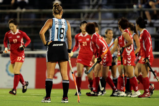 La Leona Daniela Sruoga observa el festejo de las orientales que lograron el pasaje a la final del torneo. (Foto: Matías Correa Arce)