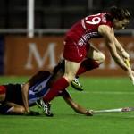 La jugadora británica elude a Luciana Aymar. (Foto: Matías Correa Arce)