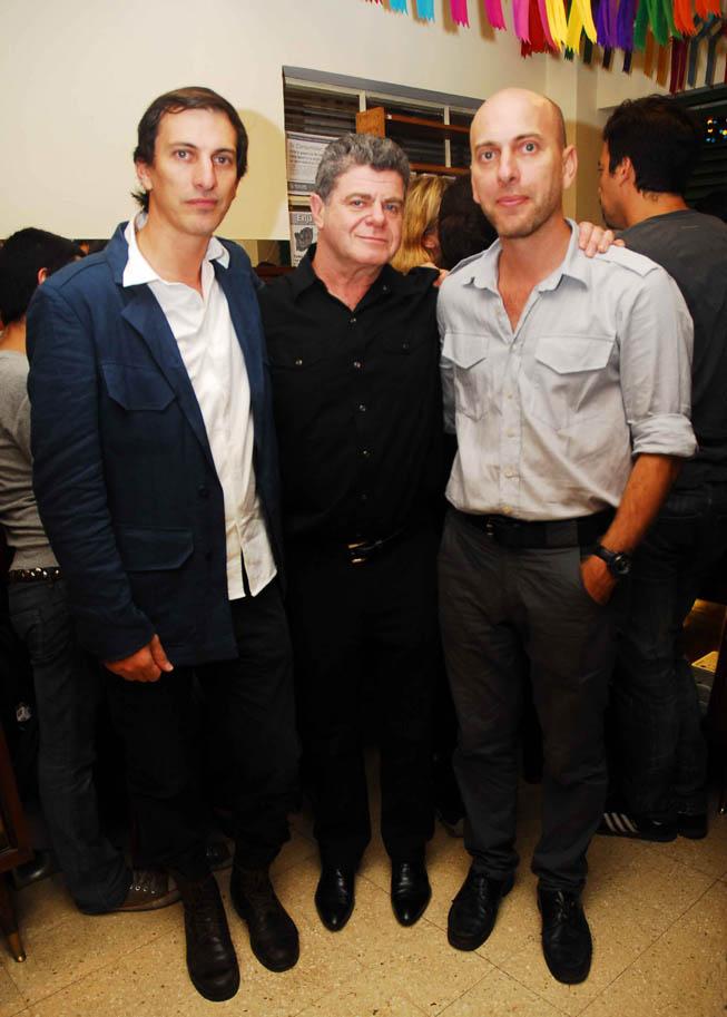 Javier y Alejo Estebacorena junto a Gustavo Santaolalla.