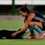 Luciana Aymar junto al perrito que ingresó a la cancha. (Foto: Matías Correa Arce)