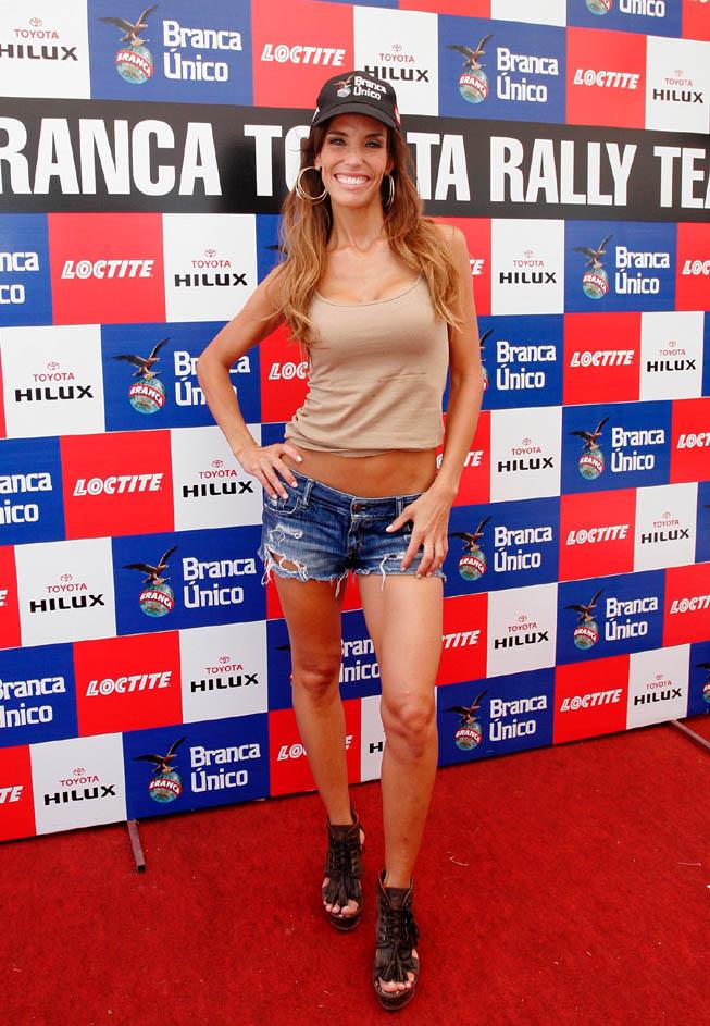Maria Susini, invitada por Fernet Branca, alentó a Orly Terranova en la previa del Rally Dakar.