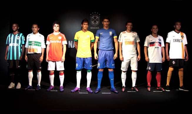 Neymar Da Silva (Izq.) y Paulo Henrique Ganso (Der.) en el evento presentación de las camisetas de la selección de Brasil y equipos de la liga.