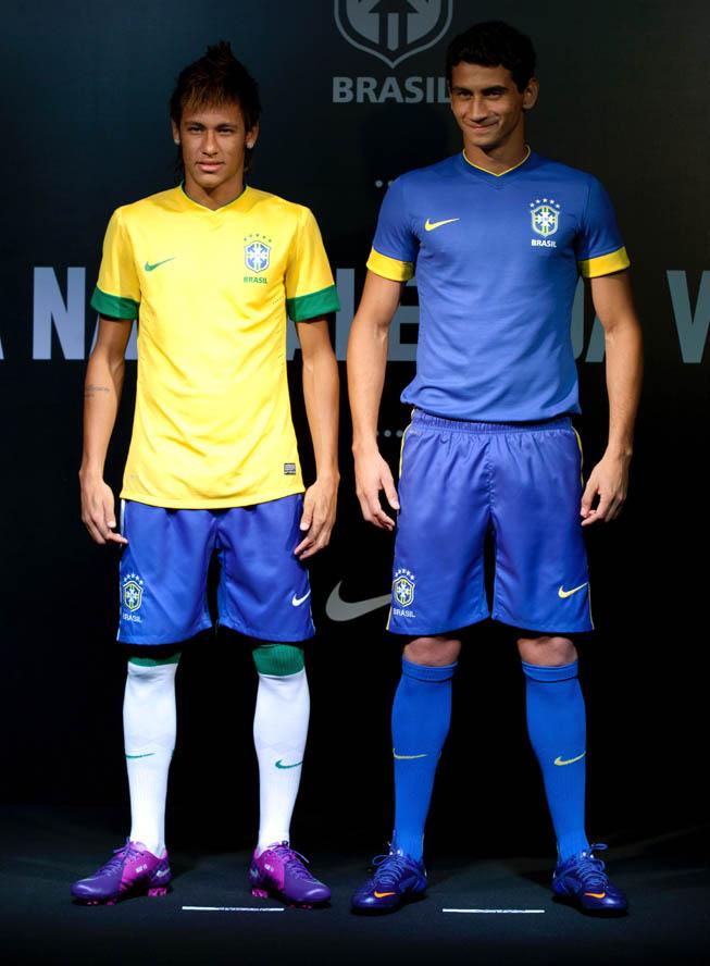 Neymar Da Silva (Izq.) y Paulo Henrique Ganso (Der.) luciendo los nuevos modelos de la selección de Brasil.