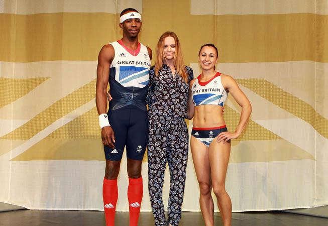Stella McCartney junto a los atletas Phillips Idowu y Jessica Ennis.