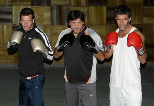 Federico Amador (IZq.) y Mariano Martinez (Der.), junto a el boxeador ex campeón del mundo Marcelo Domínguez.