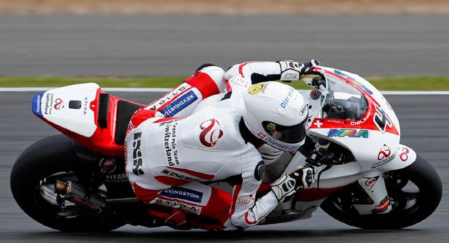 El logo de Kevingston estampado en el buzo antiflama de Randy Krummenacher. (Foto. MotoGP.com)
