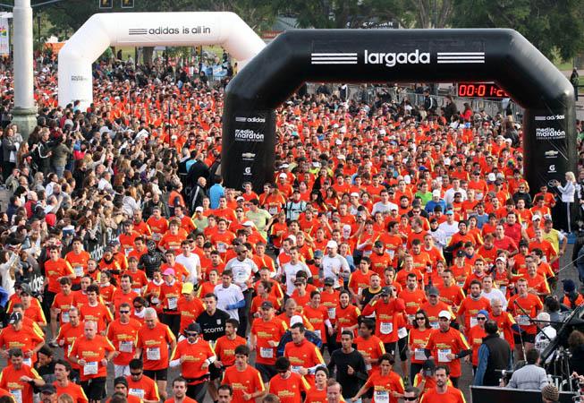 Los 7000 corredores dan sus primeros pasos.