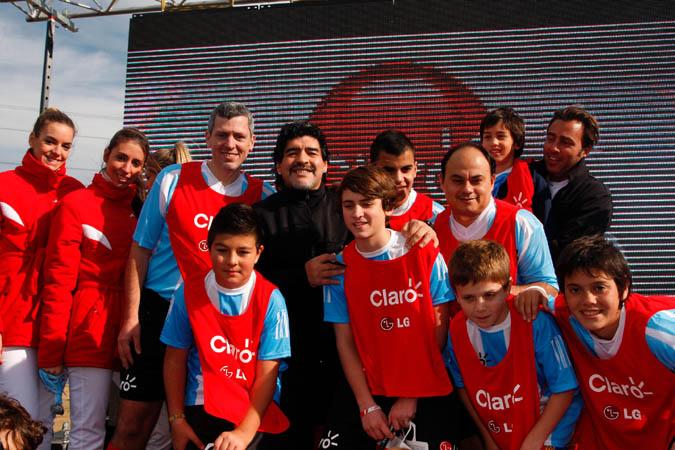 Diego Maradona con el equipo ganador de la Copa Claro Día del Padre.