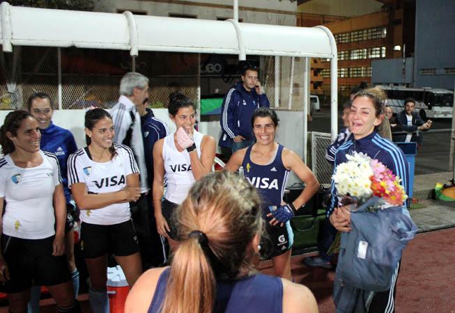 Antes del entrenamiento de la tarde en el CENARD, una Aymar muy emocionada fue felicitada por sus compañeras y por el cuerpo técnico de Las Leonas.