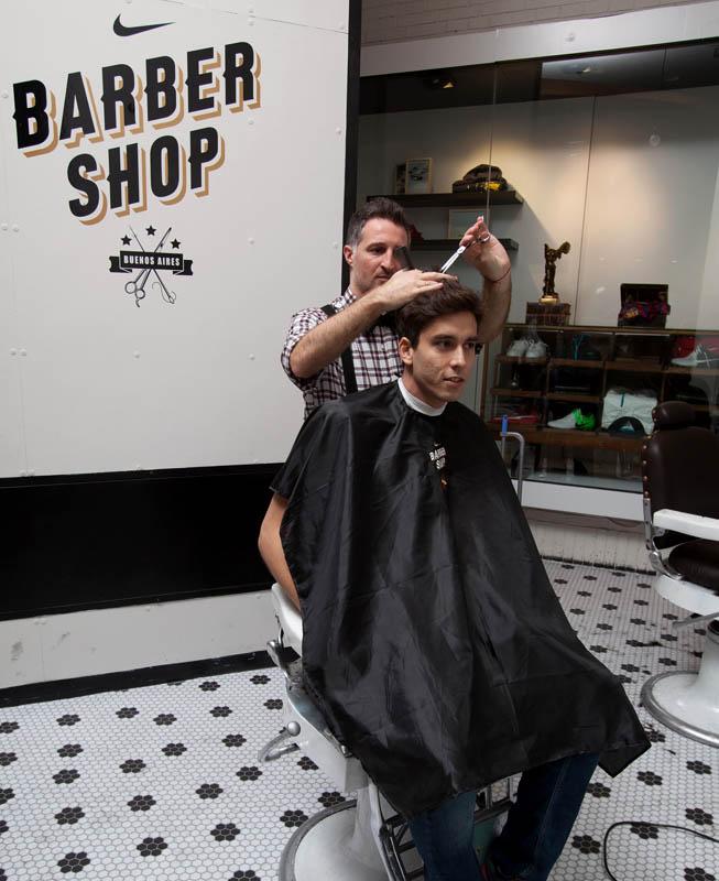 Ricky Alvarez, el jugador argentino del Inter, fue uno de los que pasó por Nike Barbershop para cambiar su look.