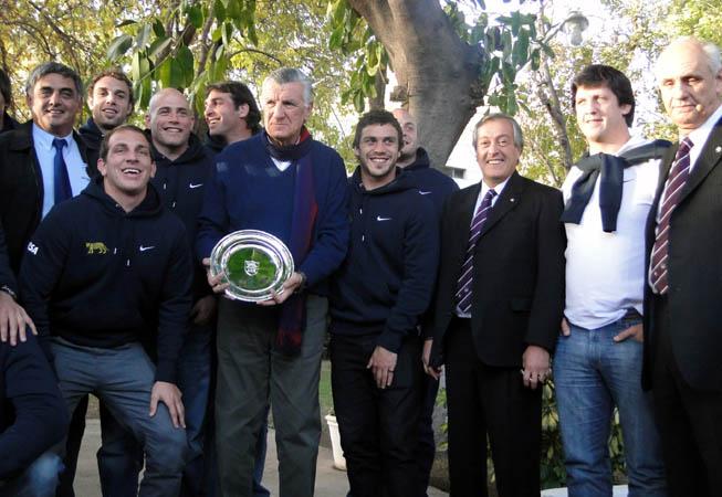 Los Pumas en su llegada a San Juan. Luis Castillo, Presidente de la UAR, luciendo la corbata especial Ventana Junio.