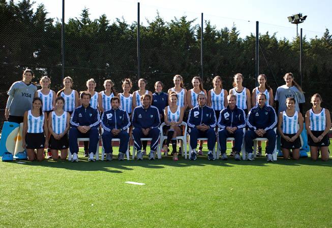 CAH - Las Leonas junto al cuerpo técnico. (Foto: Matías Correa Arce)