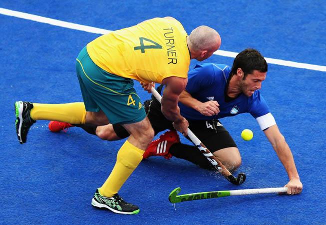 Matías Vila frenando el ataque australiano. (Foto: Bryn Lennon/Getty Images)