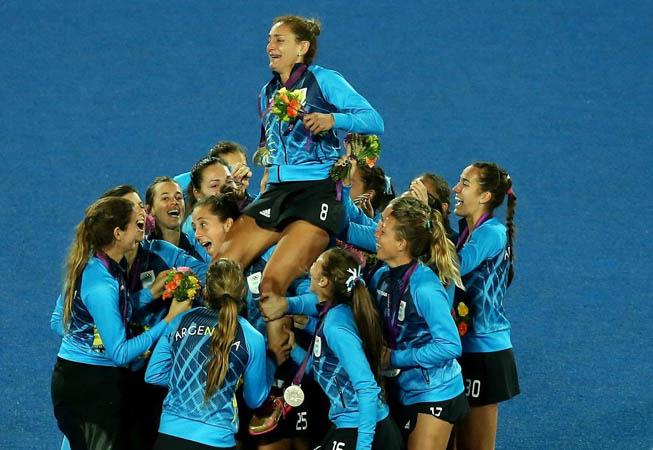 En su último partido en la selección, Luciana Aymar fue alzada por sus compañeras. (Foto: Mike Hewitt/Getty Images)