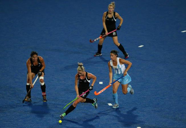 Mariela Scarone frente a la defensa de tres jugadoras neozeolandesas. (Foto: Daniel Berehulak/Getty Images)