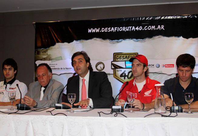 El secretario ejecutivo del INPROTUR, Leonardo Boto; junto al director de la empresa +eventos, David Eli; y los pilotos Orly Terranova, Lucas Bonetto, y Pablo Rodríguez; durante el lanzamiento.