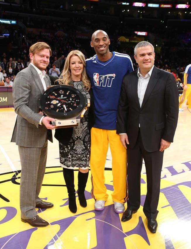 Las autoridades de Hublor junto al jugador Kobe Bryant.