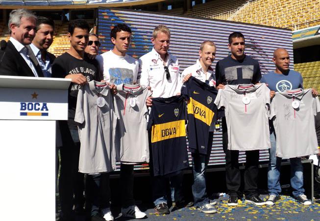 Los jugadores Lucas Viatri, Pablo Ledesma, Juan Manuel Sanchez Miño y Clemente Rodriguez  junto a Mikko Hirvonen y Jarmo Lehtinen  ::: Foto: María Gabriela Losino :::