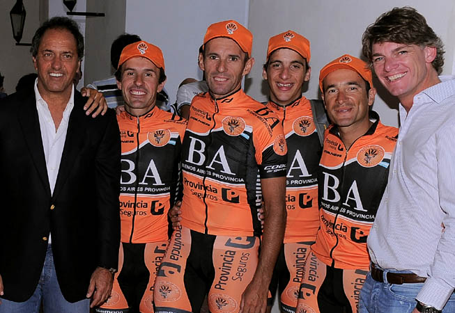 De Iz. a Der.: Daniel Scioli, Martín Ferrari, Wálter Pérez, Julián Gaday, Claudio Arone y Nicolás Scioli. Foto: (Prensa Cascos Naranjas)