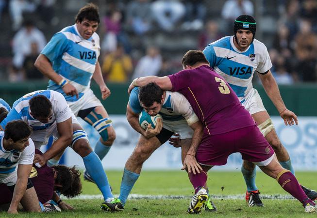 El británico David Wilson frenando el avance de Los Pumas. (Foto: Prensa UAR)