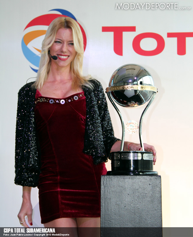 Nicole Neumann junto al trofeo.