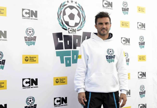 COPA TOON, el campeonato de fútbol organizado por Cartoon Network, cerró su tercera edición con una clínica a cargo de Fabián Cubero, el defensor de Vélez. Más de 70 chicos finalistas participaron de la misma.