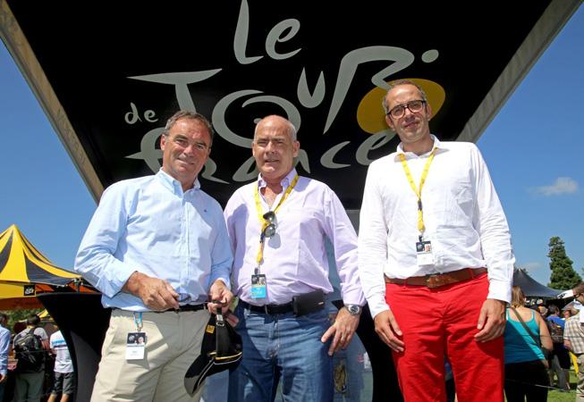 Bernard Hinault junto con Enrique Meyer, Ministro de Turismo de la Nación, y Gregory Murac, director de Relaciones Exteriores de ASO. (Crédito: Prensa Ministerio de Turismo).