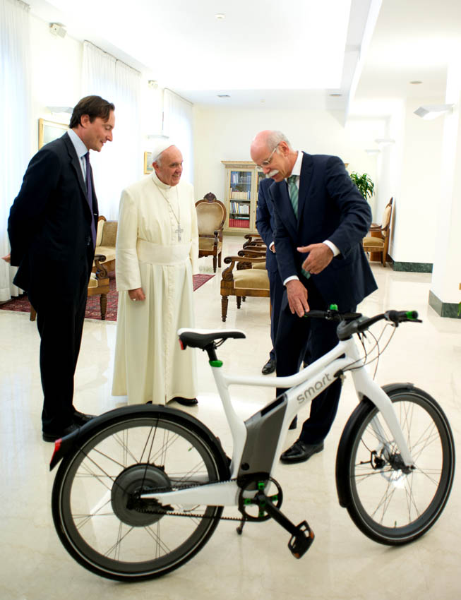 Dr.Dieter Zetsche, Presidente del Consejo de Dirección de Daimler AG y jefe de Mercedes-Benz Cars entregando la e-bike al Papa Francisco.