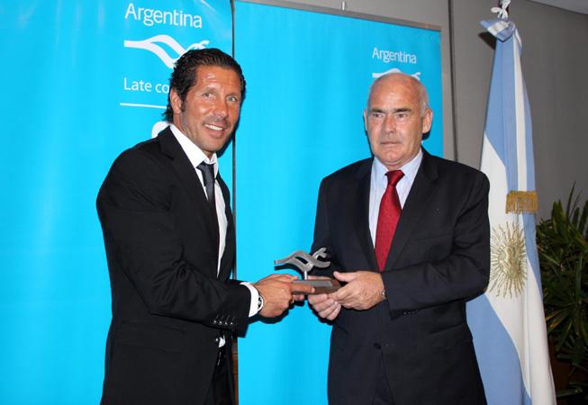 El ministro de Turismo de la Nación entrega la Marca País a Diego Simeone.