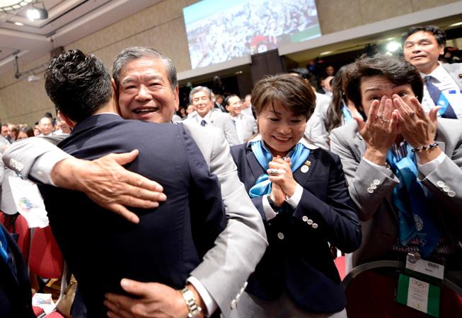 El festejo y la emoción de la delegación japonesa tras concoer la noticia.(Foto: COI).