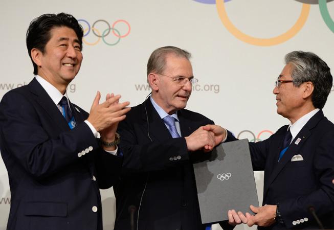 De Izq. a Der.: Shinzō Abe, primer ministro de Japón, Jacques Rogge, presidente del COI, y Tsunekazu Takeda, presidente de la candidatura de Tokio. (Foto: COI).