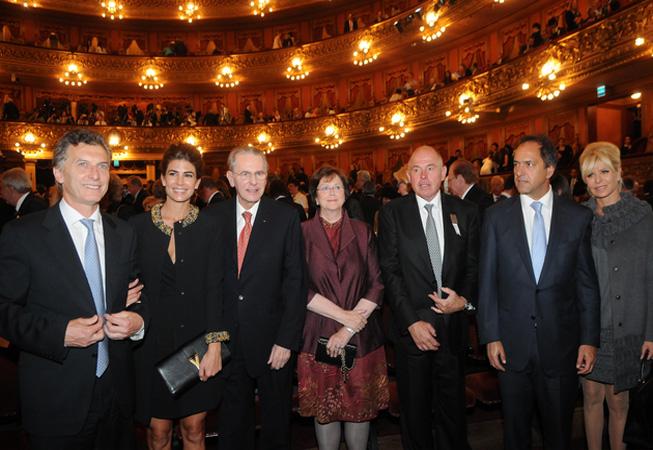 Mauricio Macri acompañado por su esposa Juliana Awada, Jacques Rogge, Gerardo Werthein, Daniel Scioli y su esposa Karina Rabolini.